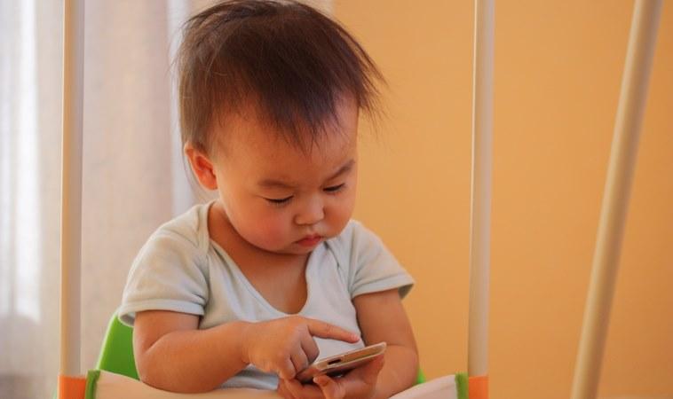 家長注意!研究發現:幼兒每天玩1小時手機,大腦發展較慢