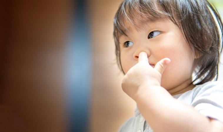男童愛挖鼻孔摳到流血,竟釀成腦膜炎