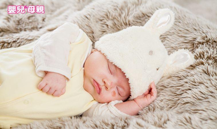 粗心爸媽餵完奶後竟倒頭睡著,壓死男嬰!忽略這4件事,小心寶寶易猝死
