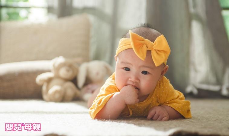 別等到孩子哭才餵奶!寶寶肚子餓,會先做出「這3種」動作