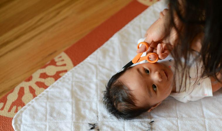 滿月一定要剃胎毛?寶寶第一次理髮可以這樣做