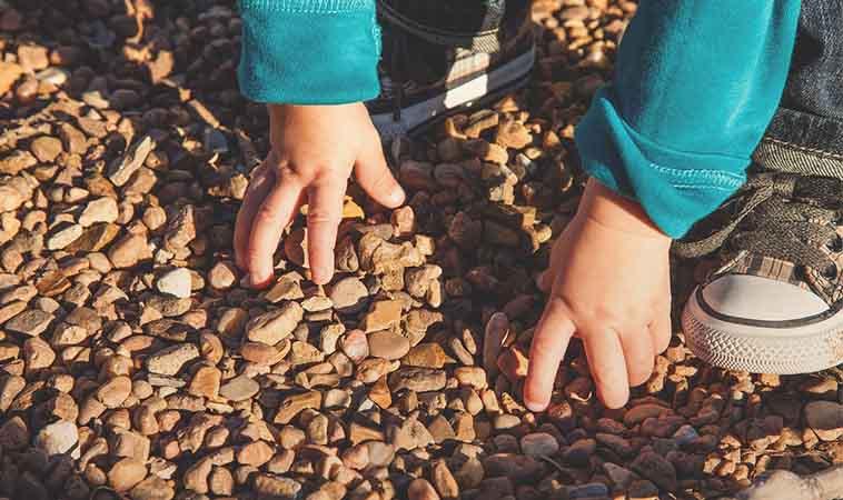 孩子愛撿石頭當寶物送你?其實是在訴說他對你的愛
