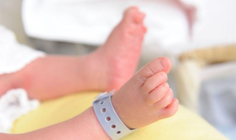 新生兒問世11天就夭折!原來是大人的吻害了他