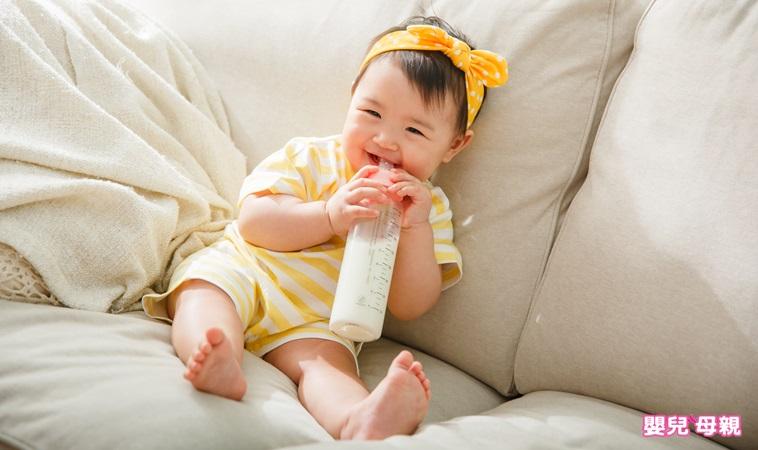 如何讓孩子學會自己吃飯?專家:先從練習吃___開始!