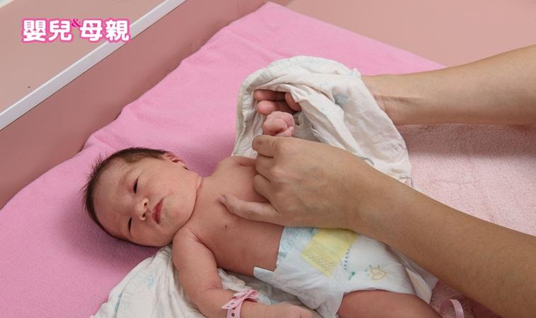 怎麼替新生兒穿衣服與換尿布?快跟著護理長學小技巧!
