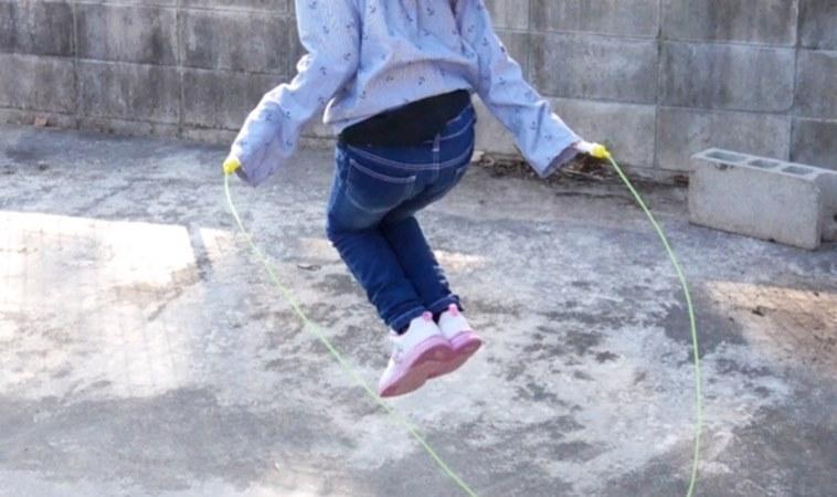 為了長高逼女兒日跳繩3千下,竟害膝蓋發炎