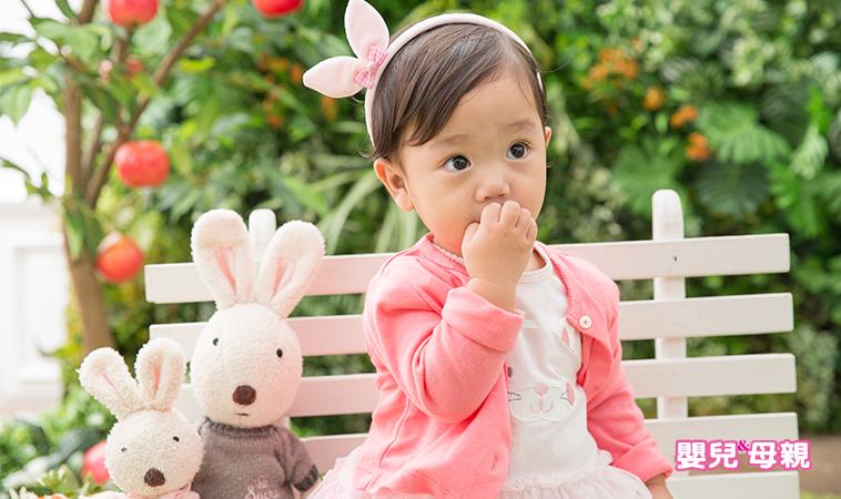 寶貝愛吃手,要阻止嗎? 不同階段.吃手原因大不同!