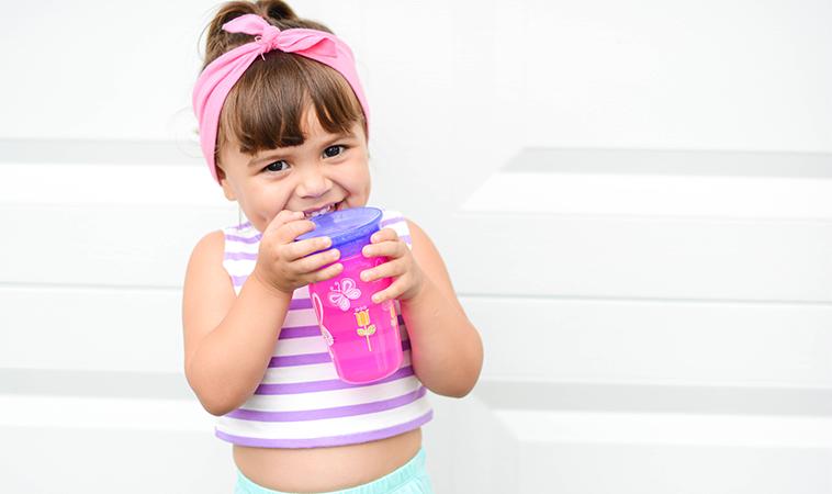 寶寶想學大人喝水,快來試試Nuby 360度喝水杯!