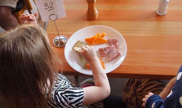 孩子在餐廳吵鬧被開罰,出門前父母該做的事