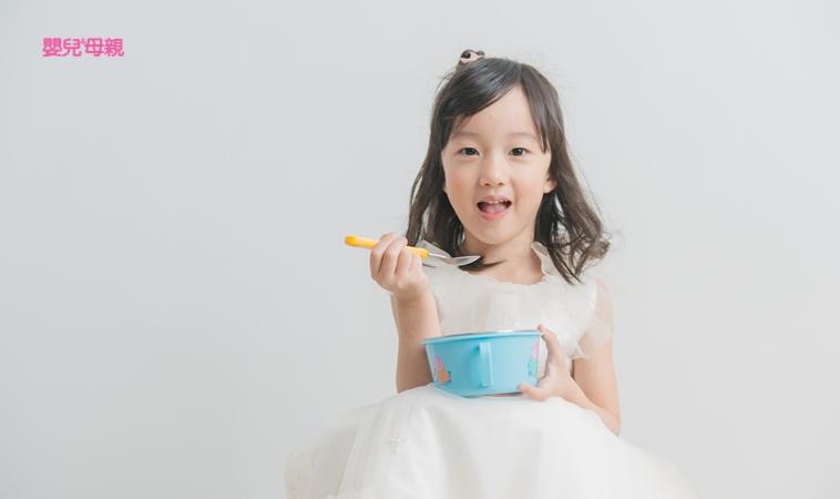 小孩什麼時候能自己吃飯?一張表搞懂手部精細動作發展!