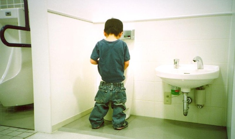 4歲男童尿尿頻喊痛竟是「急性龜頭包皮炎」,只因愛做這個動作害的…