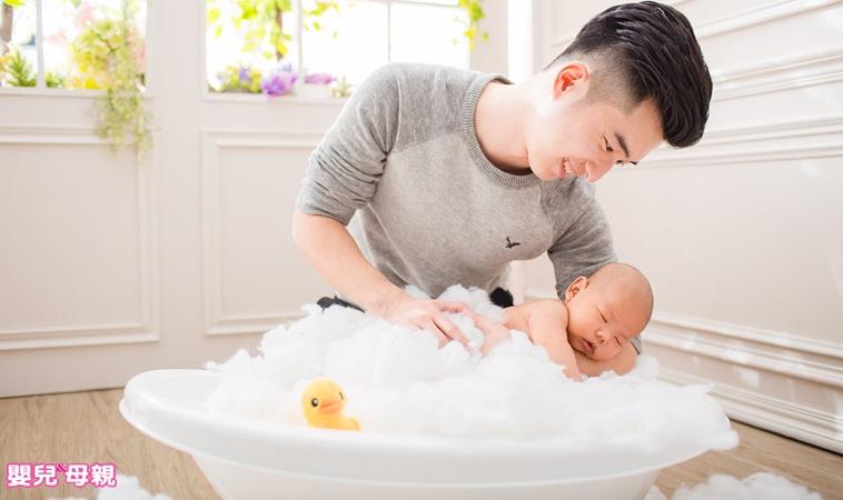 爸爸替女兒洗澡、媽媽幫兒子洗澡,幾歲該停止?