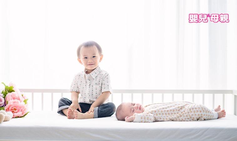二胎出生時,大寶竟出現嚴重退化行為?!其實孩子只是不安…
