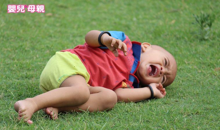 1歲男童學走路跌倒,竟眼球破裂患青光眼!寶寶學步安全4要點