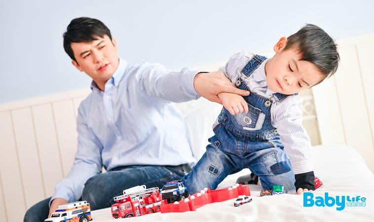 舉止粗暴的孩子要更加嚴格管教?其實你的指責只會讓孩子不斷受罰