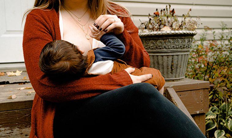 好痛!寶寶用力吸奶照引共鳴,親餵就是乳房變形的開始?