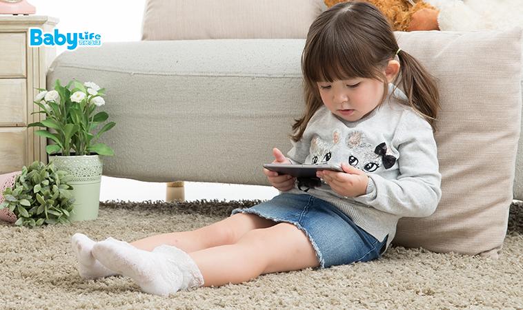 超過4成兒童愛玩手機,小心近視從小跟到大