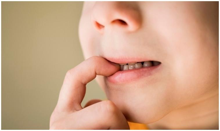 孩子咬指甲、拔頭髮、摳頭皮,是因為有壓力嗎?
