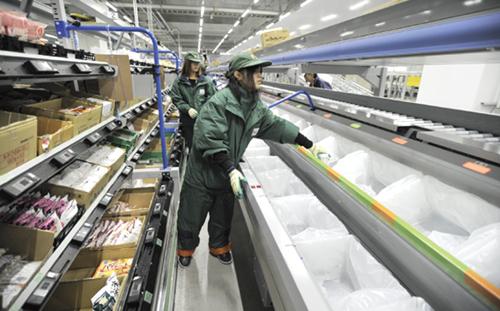 高速集品システム+パレタイジングロボットで<br>冷凍食品の集品効率を大幅UP!