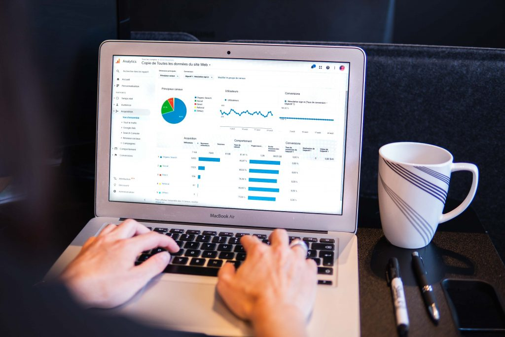 Retail trends for 2021 - User working on Google Analytics image