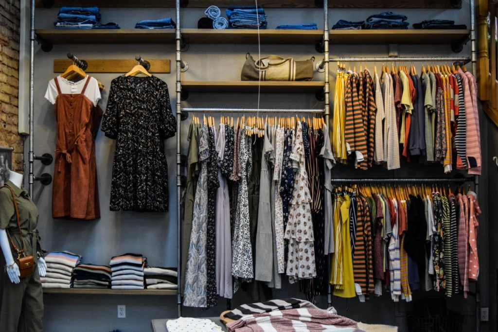 Google eCommerce best practices - product variants in a clothes shop