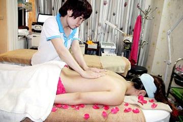 Massage, bấm huyệt toàn thân tinh dầu thiên nhiên tại Nhung Salon & Spa chỉ 99.000đ