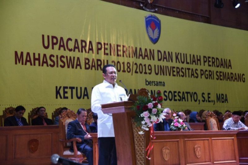 Ketua DPR RI Bambang Soesatyo saat memberikan kuliah umum di Semarang, Senin (24/9/18). Foto: Jayadi/Rni (DPR).