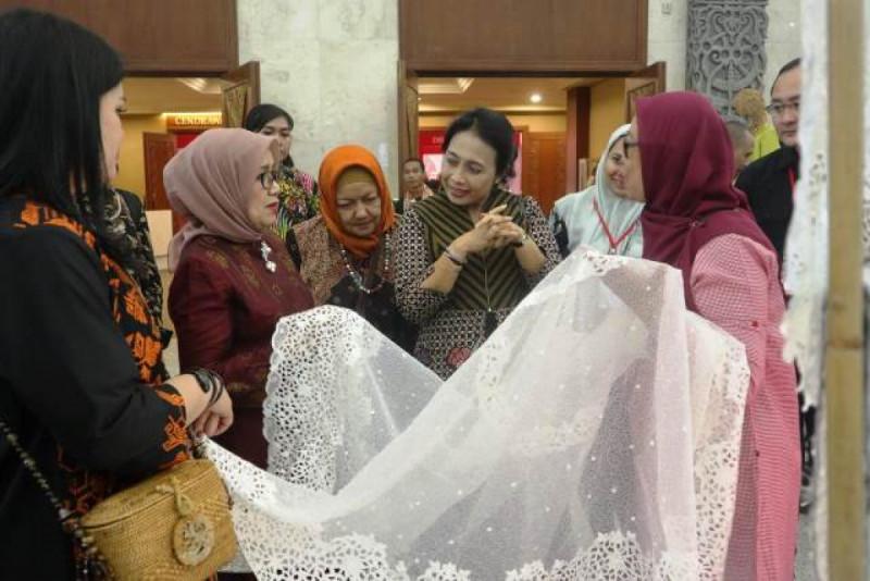 Ketua Dekranas (Dewan Kerajinan Nasional), Mufidah Jusuf Kalla beserta jajaran mengunjungi Pameran Kriya Nusa 2018 di JCC Senayan, Sabtu, (29/9/18). Foto: (doc/KemenkopUKM)