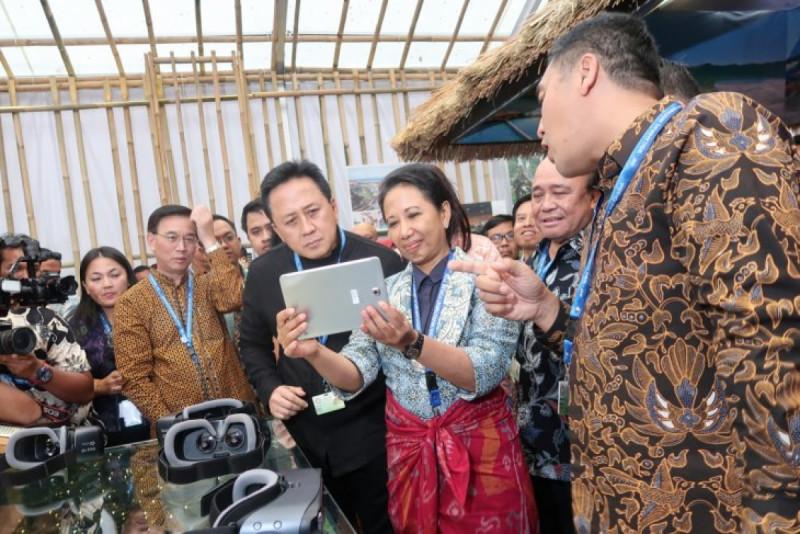 Menteri BUMN Rini M. Soemarno dan Kepala BEKRAF Triawan Munaf di Pavilion Indonesia. (Foto: ANTARA)