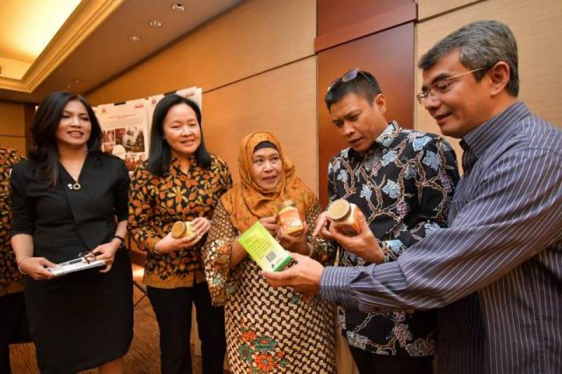 Bu Karyani memperkenalkan produk andalannya di tengah acara diskusi media pemberdayaan UKM yang digelar oleh Sampoerna di Jakarta, Kamis (18/10/2018). Foto: (doc/Alchemy)