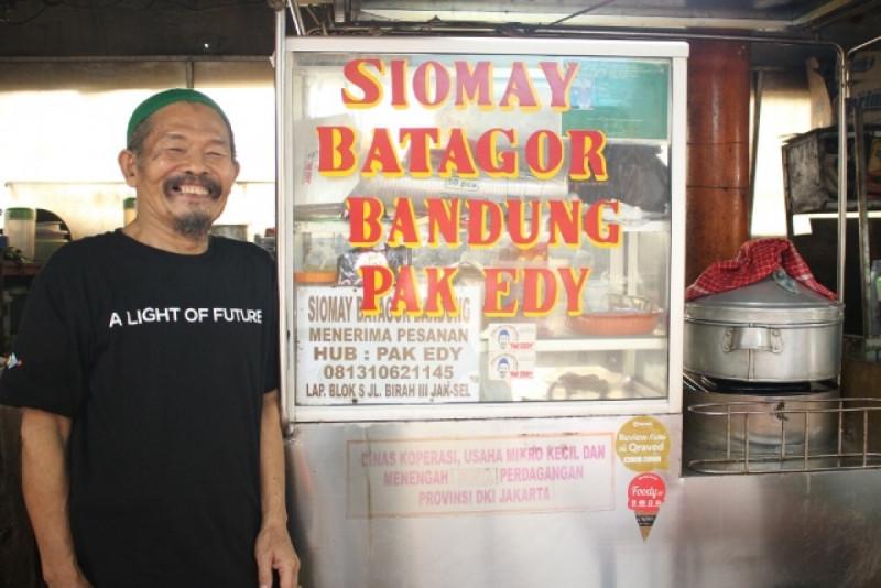 Pak Edy penjual siomay dan batagor. Foto: (doc/MNEWS)
