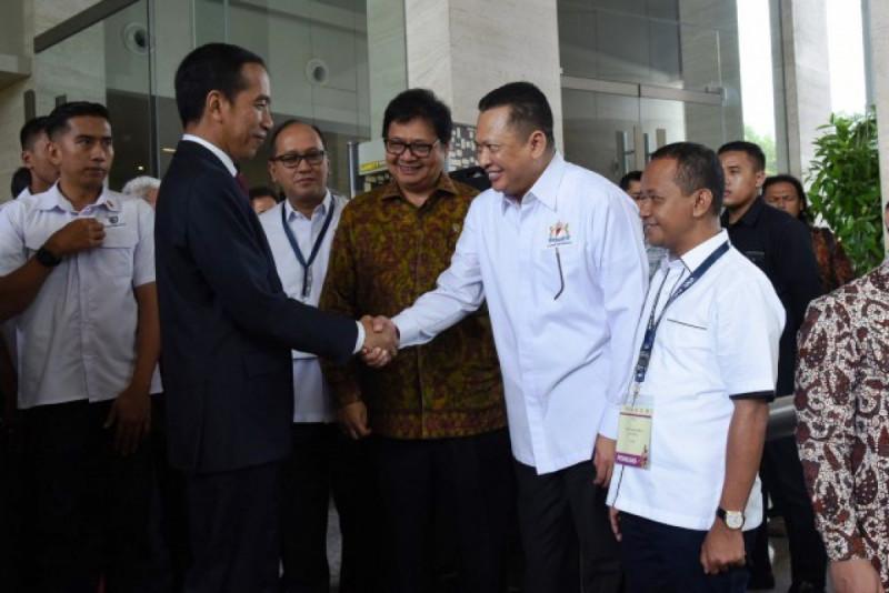 Ketua DPR RI Bambang Soesatyo bersalaman dengan Presiden Joko Widodo pada Rapimnas Kadin, Rabu (28/11/18). Foto: Jayadi/rni