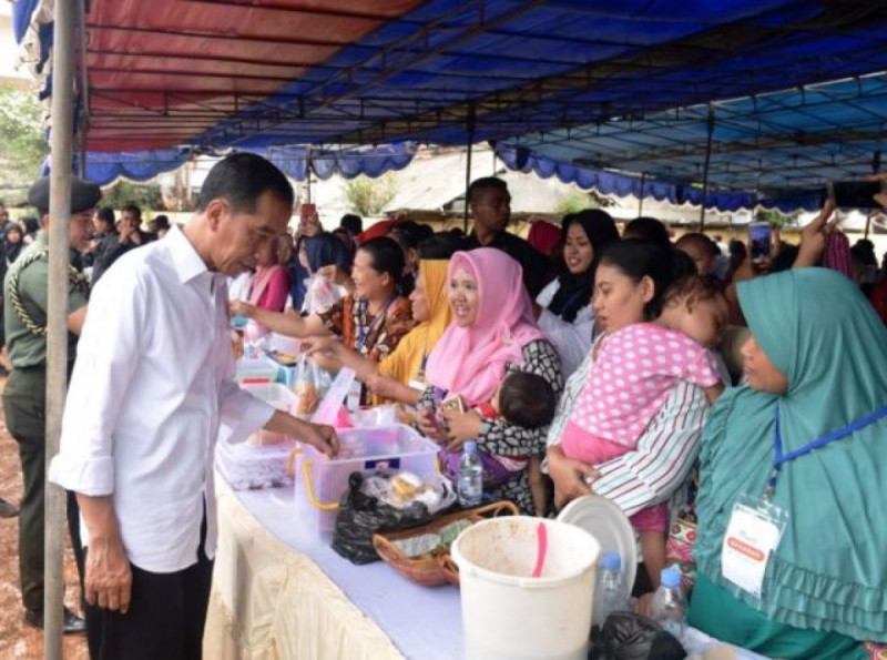 Presiden Jokowi meninjau UMKM binaan PNM di Lapangan Gongseng, Ciracas, Jakarta, Kamis (10/1/2019). Foto: Kemensetneg.