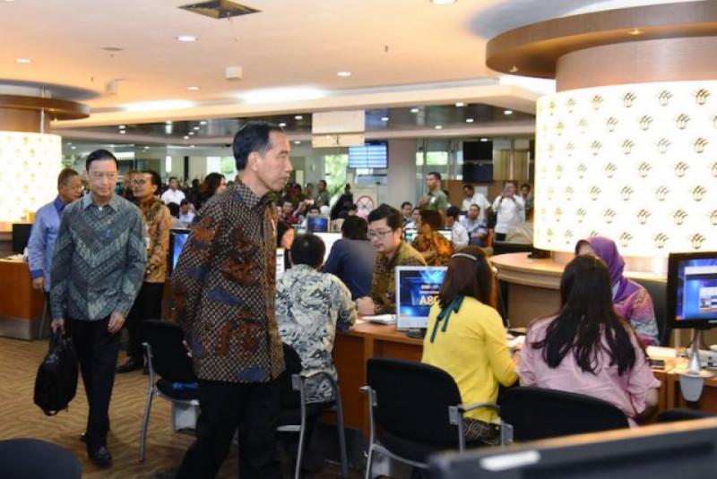 Presiden Joko Widodo meninjau layanan OSS di Pelayanan Terpadu Satu Pintu (PTSP) BKPM, Jakarta. Foto: Kominfo.