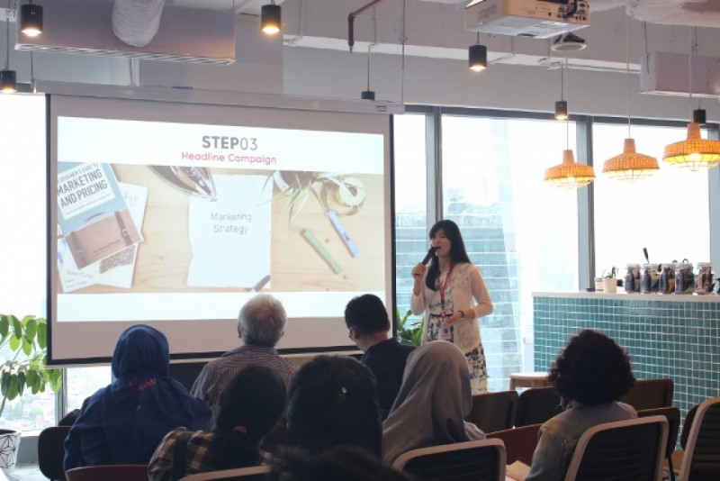 Jessica Teresa, Marketing Intelligence Executive ADX Asia memberikan tips seputar konten marketing kepada pelaku UMKM di Just.Co, Jakarta, Senin (28/1/2019). Foto: (doc/MNEWS).