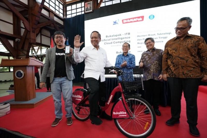 Achmad Zaky (Founder & CEO Bukalapak) memperkenalkan BukaBike pada peresmian pusat riset AI di ITB, Bandung, Jumat (1/2/2019) (doc: Bukalapak)
