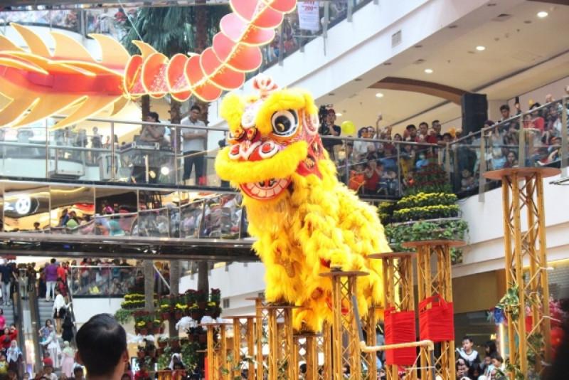 Penampilan atraksi barongsai Kong Ha Hong semarakkan perayaan Imlek 2019, di Atrium Pondok Indah Mall 2, Jakarta, Selasa (5/2/19). Foto: (doc/MNEWS).