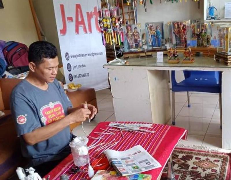 Faisal Walad di galeri J-Art, mengubah koran bekas menjadi produk kreatif bernilai ekonomi tinggi. (image: Facebook Page J-Art)