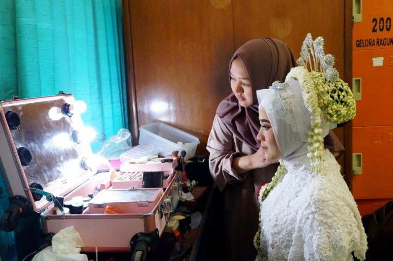 Dilla saat proses make-up klien di bilangan Ragunan, Jakarta Selatan, beberapa waktu lalu. Foto: Nurjanah Dwi Setyawati.