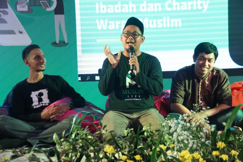 CEO Muslim Life, Tri Wahyudi (tengah) berbagi pengalaman dengan peserta Bekraf Goes to Pesantren di Pesantren iHAQi, Bandung pada Rabu (27/2/2019). Foto: Bekraf/Valen
