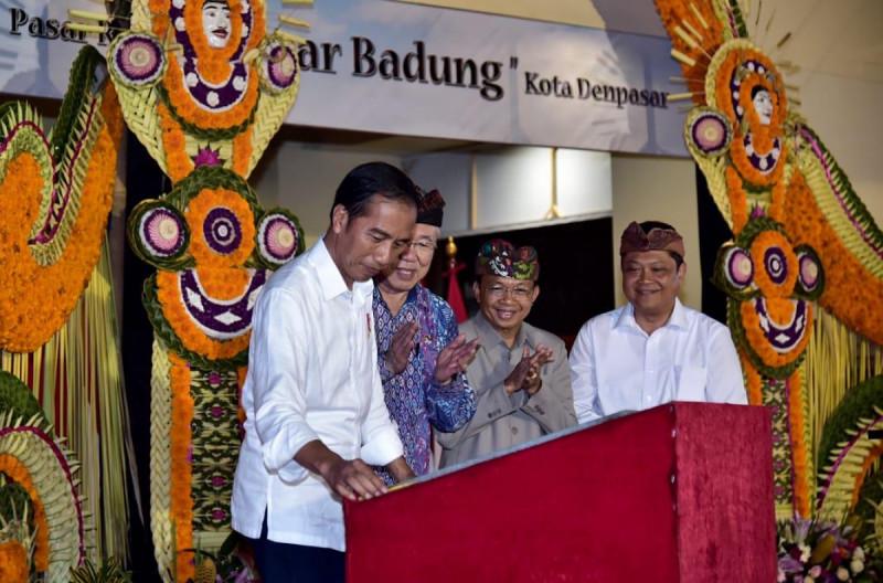 Presiden Joko Widodo saat meresmikan Pasar Badung, Denpasar, Jumat (22/3/2019). Foto: Setneg