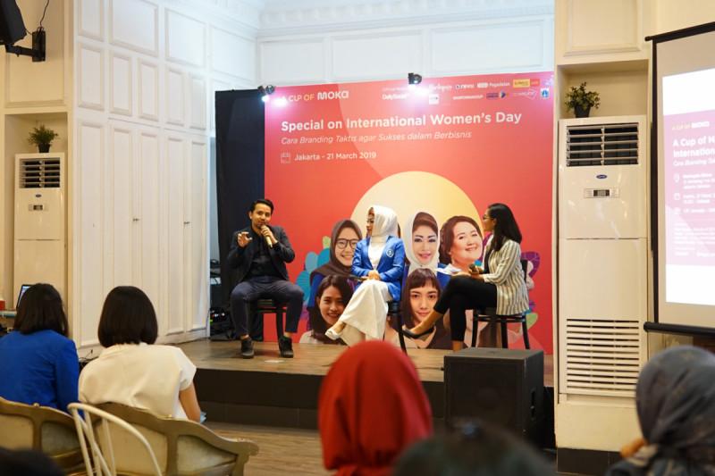 VP Brand & Marketing Moka Bayu Ramadhan dan Ketua Umum IWAPI Nita Yudi dalam acara Penandatanganan Kerja Sama Moka dan IWAPI untuk Memajukan Ribuan Womenpreneur Indonesia. Foto: Moka.