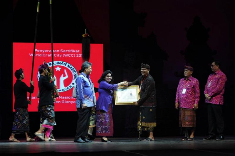 Penyerahan sertifikat World Craft City (WCC), di Bali Agung Theatre Show-Bali Safari & Marine Park, Senin (22/4/2019). Foto: Kemenkop.