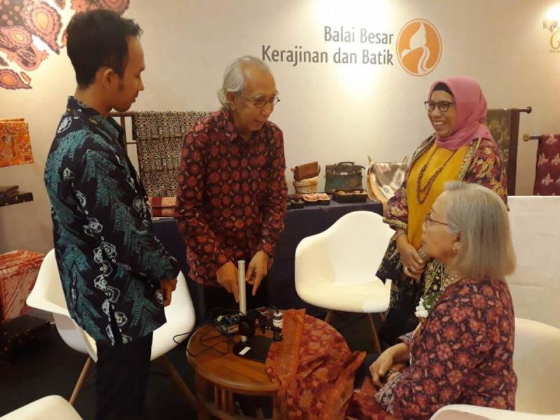 Pengenalan aplikasi Batik Analyzer kepada para pengunjung pameran Gelar Batik Nusantara (GBN) 2019 di Jakarta, Jumat (10/5/2019). Foto: Kemenperin.