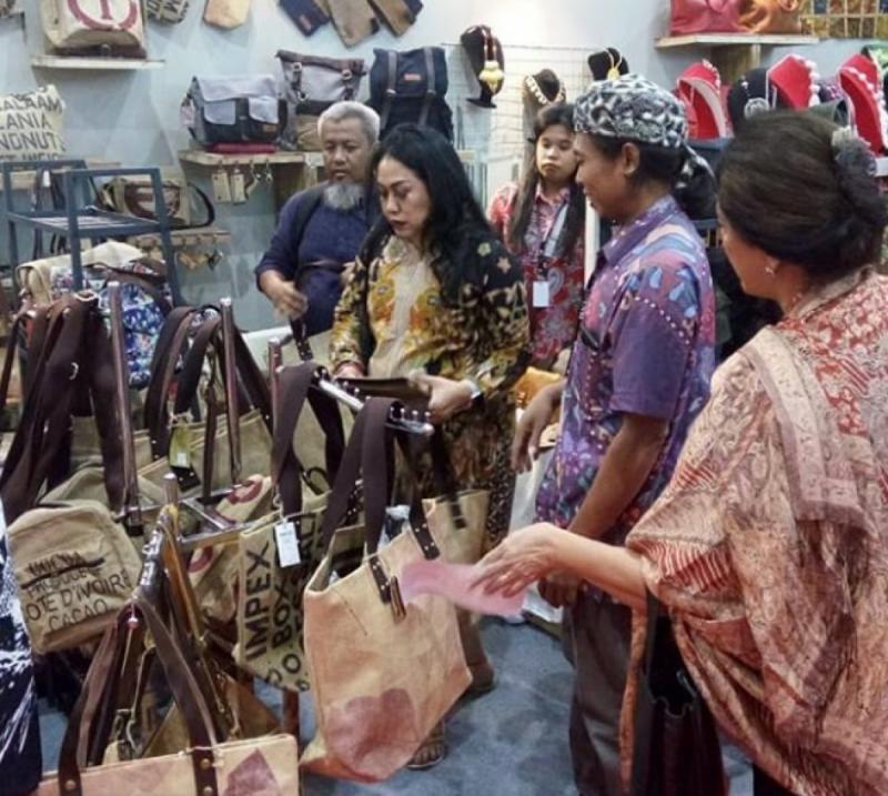 Pengunjung Stan Sambeliler di Jakarta Fair Kemayoran 2019. Foto: IG Sambaliler Bag
