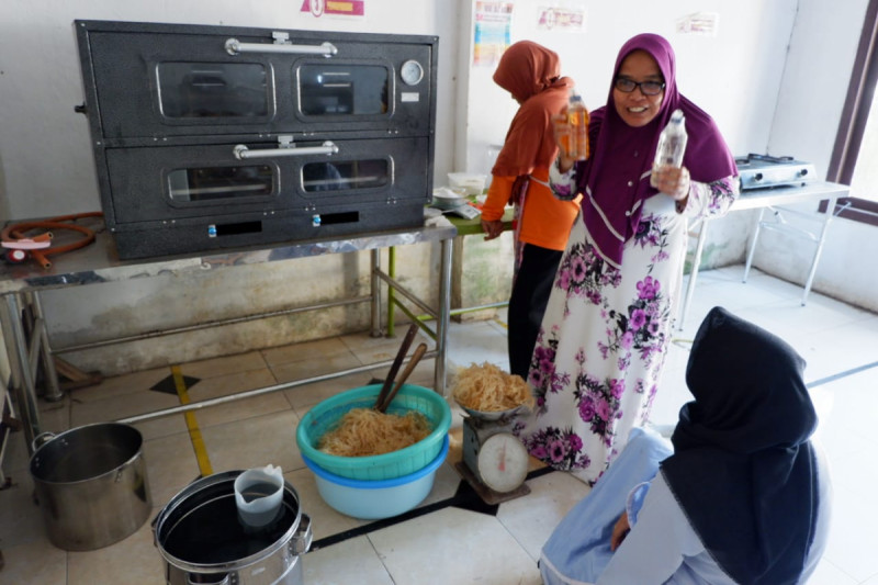 Zaenab, merintis usaha makanan ringan berbahan baku jagung dan rumput laut, dengan merek Tapona Food. Foto: Kemenkop.