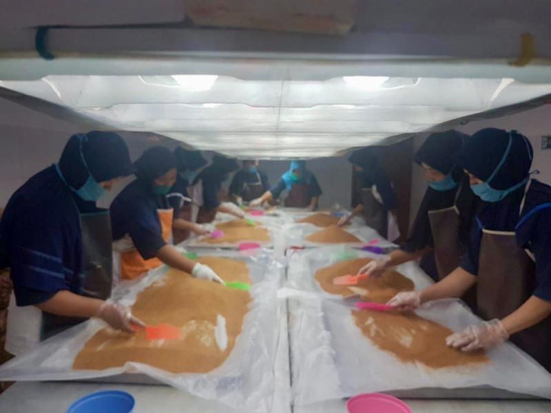 Proses produksi gula di Koperasi Nira Satria. Foto: Kemenkop.