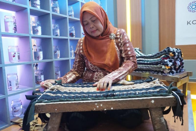 Ratna, pelaku usaha keset dari Ciseeng, Bogor. (Foto: Amartha)