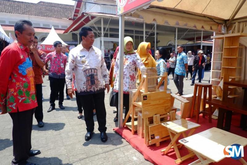 Wali Kota Magelang Sigit Widyonindito meninjau stan batik pada Magelang Craft Expo (Foto : Asef Amani)