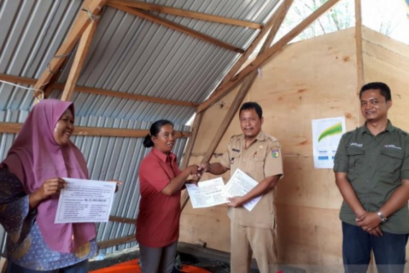 YSKK menyerahkan secara simbolis bantuan stimulan berupa modal usaha dan peralatan usaha kepada perempuan penyintas di Kota Palu, Selasa (24/9/19). (Foto : Muhammad Arsyandi)